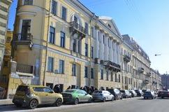 St Petersburg, Rosja, Luty, 27, 2018 Święty Petersburg, samochody na bulwarze Fontanka rzeczny pobliski dom Mizhuev 1804 Obraz Royalty Free