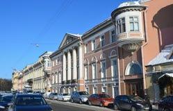 St Petersburg, Rosja, Luty, 27, 2018 Bulwar Fontanka rzeka, samochody parkował blisko domu 18 - dom Pashkov, mansio Obrazy Stock