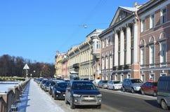 St Petersburg, Rosja, Luty, 27, 2018 Bulwar Fontanka rzeka, samochody parkował blisko domu 18 - dom Pashkov, mansio Fotografia Stock