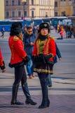 ST PETERSBURG, ROSJA, 01 2018 MAJ: Kobieta żołnierzy poza w starych Rosyjskich wojskowych uniformach ubierał jako 19 wieków rosja Fotografia Stock