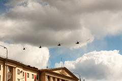 ST PETERSBURG ROSJA, MAJ, - 09: lot militarne aeromechanika dla uczestnictwa ROSJA, MAJ w paradzie, - 09 2017 Zdjęcie Royalty Free