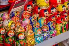 ST PETERSBURG, ROSJA, 01 2018 MAJ: Matryoshka babushka Rosyjskie lale różnorodni kolory, set secreasing Wielkościowe lale Zdjęcie Stock