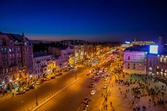 ST PETERSBURG, ROSJA, 01 2018 MAJ: Nad widok niezidentyfikowani ludzie chodzi w Nevsky alei miasto z a Obrazy Stock