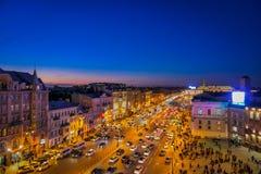 ST PETERSBURG, ROSJA, 01 2018 MAJ: Nad widok ruch drogowy w tłumu ludzie chodzi w Nevsky i ulicach Obraz Stock
