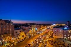 ST PETERSBURG, ROSJA, 01 2018 MAJ: Nad widok ruch drogowy w tłumu ludzie chodzi w Nevsky i ulicach Fotografia Royalty Free