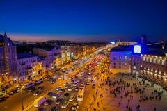 ST PETERSBURG, ROSJA, 01 2018 MAJ: Nad widok ruch drogowy w tłumu ludzie chodzi w Nevsky i ulicach Fotografia Stock