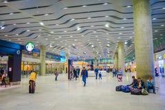 ST PETERSBURG, ROSJA, 01 2018 MAJ: Niezidentyfikowani pasażery czeka abordaż w nowym terminal lotnisko międzynarodowe Fotografia Royalty Free