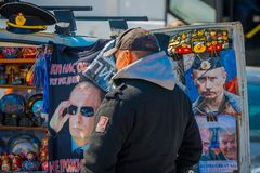 ST PETERSBURG, ROSJA, 01 2018 MAJ: Niezidentyfikowany mężczyzna gmeranie dla pamiątek jako matryoshka babushka Rosyjskie lale w a Zdjęcie Stock