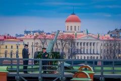 ST PETERSBURG, ROSJA, 17 2018 MAJ: Niezidentyfikowany mężczyzna jest ubranym mundur przy Naryshkin bastionem, codziennym przy 12: Zdjęcia Stock