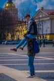 ST PETERSBURG, ROSJA, 02 2018 MAJ: Niezidentyfikowany mężczyzna nad ramionami jego przyjaciel robi akrobacjom chłopak lub Zdjęcia Stock