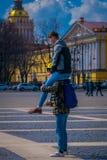 ST PETERSBURG, ROSJA, 02 2018 MAJ: Niezidentyfikowany mężczyzna nad ramionami jego przyjaciel robi akrobacjom chłopak lub Zdjęcie Stock