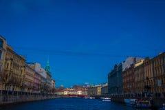 ST PETERSBURG, ROSJA, 02 2018 MAJ: Piękny plenerowy widok budynki lokalizować przy Griboyedov kanałem, budował wewnątrz Zdjęcia Stock