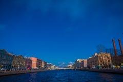 ST PETERSBURG, ROSJA, 01 2018 MAJ: Piękny plenerowy widok budynki przy jeden stroną fontanka rzeka w XVIII, Obrazy Stock