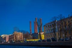 ST PETERSBURG, ROSJA, 01 2018 MAJ: Piękny plenerowy widok budynki przy jeden stroną fontanka rzeka w XVIII, Obraz Royalty Free