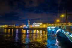 ST PETERSBURG, ROSJA, 02 2018 MAJ: Piękna iluminacja Troitsky most przy inght, z odbiciem w Obraz Stock
