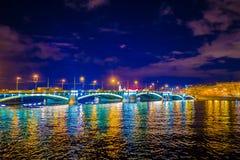 ST PETERSBURG, ROSJA, 02 2018 MAJ: Piękna iluminacja Troitsky most przy inght, z odbiciem w Fotografia Stock