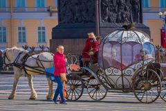 ST PETERSBURG, ROSJA, 02 2018 MAJ: Plenerowy widok kareciani konie na tle St Isaac ` s katedra, z Obrazy Royalty Free