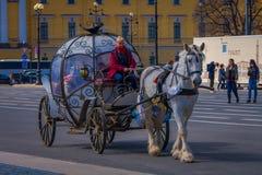 ST PETERSBURG, ROSJA, 02 2018 MAJ: Plenerowy widok kareciani konie na tle St Isaac ` s katedra, z Zdjęcie Royalty Free