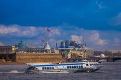 ST PETERSBURG, ROSJA, 01 2018 MAJ: Plenerowy widok luksusowy łódkowaty żeglowanie w Neva rzece podczas słonecznego dnia i niektór Obraz Royalty Free