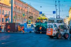 ST PETERSBURG, ROSJA, 01 2018 MAJ: Plenerowy widok maszyny ciężkie przy zastępstwem asfaltowy bruk w Fotografia Royalty Free