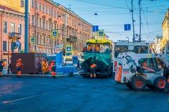 ST PETERSBURG, ROSJA, 01 2018 MAJ: Plenerowy widok maszyny ciężkie przy zastępstwem asfaltowy bruk w Fotografia Stock