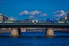 ST PETERSBURG, ROSJA, 02 2018 MAJ: Plenerowy widok niezidentyfikowani ludzie chodzi nad Angliyskiy mostem z niektóre, Zdjęcia Royalty Free