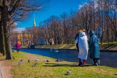 ST PETERSBURG, ROSJA, 02 2018 MAJ: Plenerowy widok niezidentyfikowani ludzie w parku ma dobrego czas z ich Fotografia Royalty Free