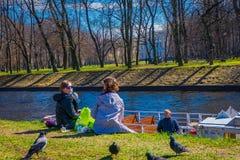 ST PETERSBURG, ROSJA, 02 2018 MAJ: Plenerowy widok niezidentyfikowani ludzie w parku ma dobrego czas z ich Zdjęcie Royalty Free