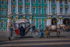 ST PETERSBURG, ROSJA, 01 2018 MAJ: Plenerowy widok Tsar Koński fracht przed zima pałac punktu zwrotnego turystą Obraz Royalty Free