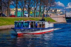 ST PETERSBURG, ROSJA, 02 2018 MAJ: Plenerowy widok turysta w łódkowatej wycieczce wzdłuż Moyka rzeki St Petersburg był Obrazy Stock