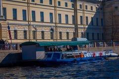 ST PETERSBURG, ROSJA, 02 2018 MAJ: Plenerowy widok turysta w łódkowatej wycieczce wzdłuż Moyka rzeki St Petersburg był Obrazy Royalty Free