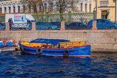 ST PETERSBURG, ROSJA, 02 2018 MAJ: Plenerowy widok turysta w łódkowatej wycieczce wzdłuż Moyka rzeki St Petersburg był Fotografia Stock