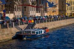 ST PETERSBURG, ROSJA, 02 2018 MAJ: Plenerowy widok turysta w łódkowatej wycieczce wzdłuż Moyka rzeki St Petersburg był Obraz Royalty Free