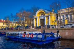 ST PETERSBURG, ROSJA, 02 2018 MAJ: Plenerowy widok turysta w łódkowatej wycieczce wzdłuż Moyka rzeki St Petersburg był Zdjęcia Royalty Free