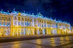 ST PETERSBURG, ROSJA, 02 2018 MAJ: Plenerowy widok zima pałac eremu świętego Petersburg miasto nocą Zdjęcia Stock