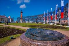ST PETERSBURG, ROSJA, 01 2018 MAJ: Południowa dziobowa kolumna z flaga blisko do wekslowego budynku na mierzei z rzędu Obrazy Royalty Free