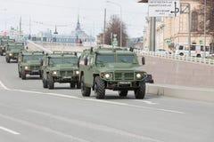 ST PETERSBURG ROSJA, MAJ, - 09: przechodzić militarny wyposażenie po parady na miasto ulicach, ROSJA, MAJ - 09 2017 W Rosja wewną Obraz Stock