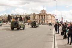 ST PETERSBURG ROSJA, MAJ, - 09: przechodzić militarny wyposażenie po parady na miasto ulicach, ROSJA, MAJ - 09 2017 W Rosja wewną Obrazy Stock