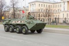 ST PETERSBURG ROSJA, MAJ, - 09: przechodzić militarny wyposażenie po parady na miasto ulicach, ROSJA, MAJ - 09 2017 W Rosja wewną Zdjęcia Royalty Free