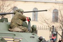 ST PETERSBURG ROSJA, MAJ, - 09: przechodzić militarny wyposażenie po parady na miasto ulicach, ROSJA, MAJ - 09 2017 W Rosja wewną Fotografia Royalty Free