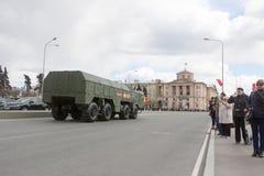 ST PETERSBURG ROSJA, MAJ, - 09: przechodzić militarny wyposażenie po parady na miasto ulicach, ROSJA, MAJ - 09 2017 W Rosja wewną Obrazy Royalty Free