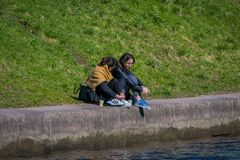 ST PETERSBURG, ROSJA, 02 2018 MAJ: Rodzina w granicie Moika rzeka podczas wspaniałego słonecznego dnia w St Zdjęcia Stock