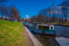 ST PETERSBURG, ROSJA, 02 2018 MAJ: Turystyczne łodzie unosi się na Moyka rzece St Petersburg był kapitałem Rosja Obraz Stock