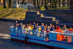 ST PETERSBURG, ROSJA, 02 2018 MAJ: Turystyczne łodzie unosi się na Moyka rzece St Petersburg był kapitałem Rosja Zdjęcia Royalty Free