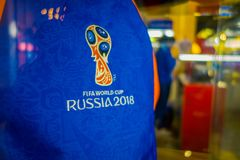ST PETERSBURG, ROSJA, 02 2018 MAJ: Zamyka oficjalny logo FIFA puchar świata 2018 w Rosja up drukował na błękitnym t Obraz Stock