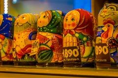 ST PETERSBURG, ROSJA, 01 2018 MAJ: Zamyka up Rosyjskie pamiątki z rzędu, drewniane gniazdować lale matryoshkas są Zdjęcie Royalty Free