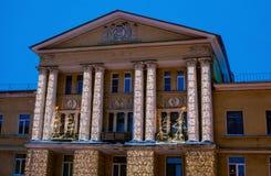 ST PETERSBURG ROSJA, Styczeń, - 13, 2016: Oryginalne Bożenarodzeniowe oświetleniowe elektryczne girlandy na fasadzie dom w Kolpin Zdjęcie Stock