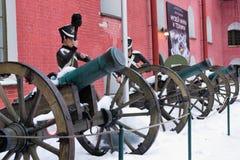 St Petersburg, Rosja, Styczeń 2, 2019 Starzy działa wśrodku fortecy i wosk postaci żołnierze w zimie w śniegu obrazy stock