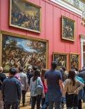 ST PETERSBURG, ROSJA - 25 06 2017 - Turyści w wnętrzach Obrazy Royalty Free