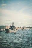ST PETERSBURG, ROSJA: Widok na dziejowym okręcie wojennym w Neva rzece w dzień marynarki wojennej, Rosyjski świętowanie Obrazy Royalty Free